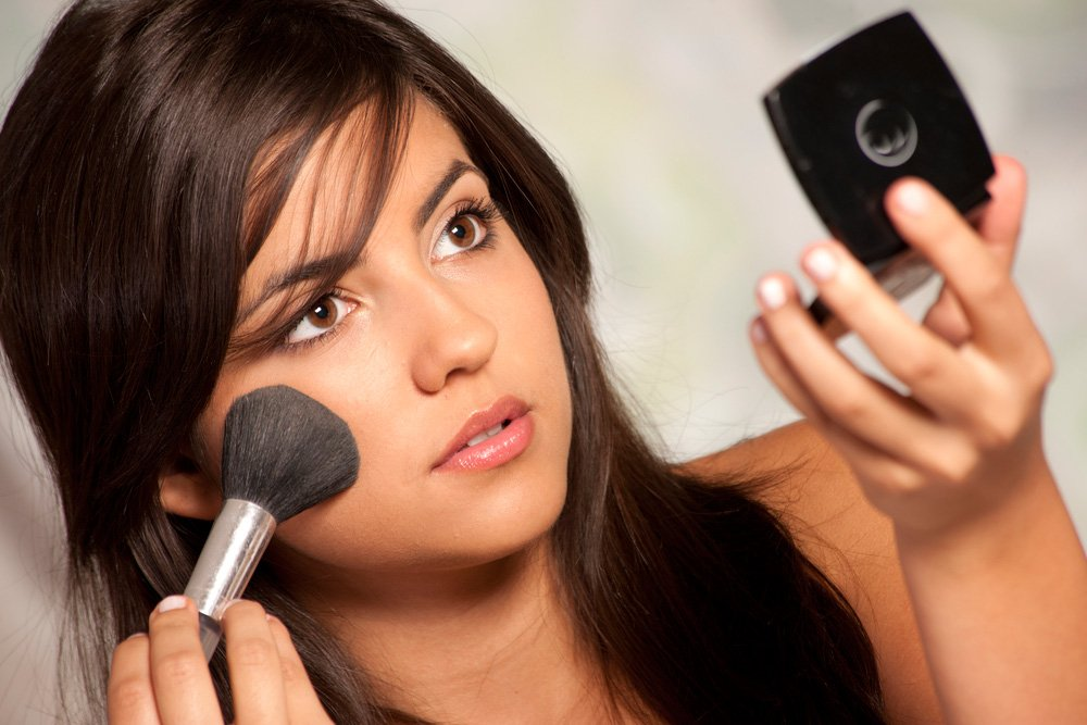 правильно использовать пудру в макияже