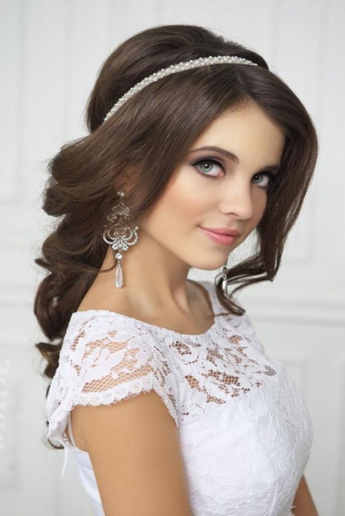 Свадебные прически с диадемой и фатой на средние волосы